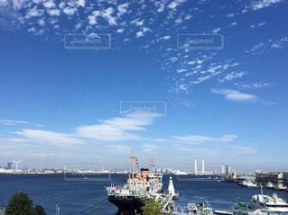 港の船と 青空に浮かぶ白く高い雲の写真・画像素材[1360510]