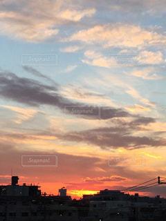 青い空と赤い空、白い雲と黒い雲の写真・画像素材[1360694]