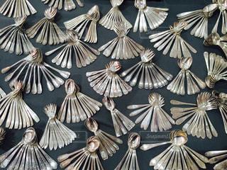 綺麗に並んだアンティークのスプーンの写真・画像素材[1360834]