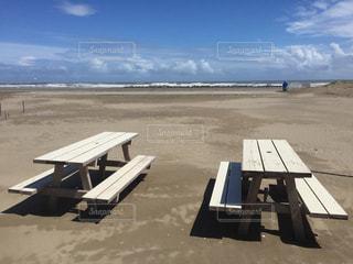夏の終わり  誰もいない ビーチのベンチの写真・画像素材[1557614]