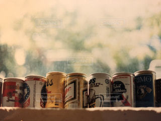 窓辺の缶ビールの写真・画像素材[1604236]