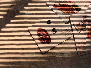 ブラインドの影から睨む目の写真・画像素材[1620854]