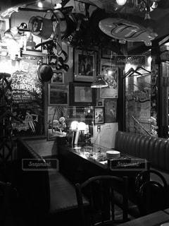 アンティーク、ヴィンテージがいっぱいのレトロなビストロの写真・画像素材[1645546]