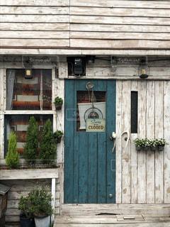 木製の青い扉と白い壁の店先の写真・画像素材[1804300]