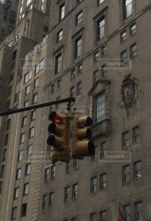 ビル街の信号機の写真・画像素材[2308311]