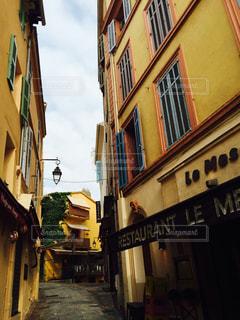 南仏の歴史的街並み  狭い路地の坂道と黄色い土壁の写真・画像素材[2331051]
