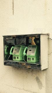 珍しい2台ペアの緑の公衆電話の写真・画像素材[2335227]
