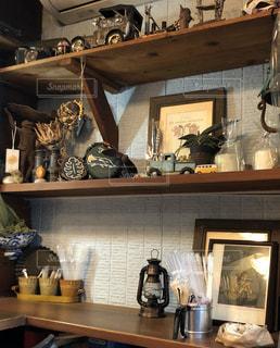雑多だけど可愛いカフェの棚の写真・画像素材[2937975]