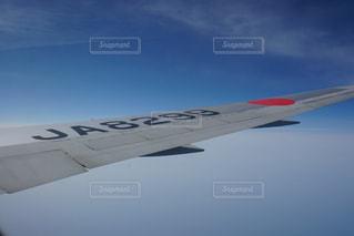 空を飛んでいる飛行機の写真・画像素材[1236983]