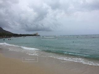 水の体の近くのビーチの人々 のグループの写真・画像素材[1236990]