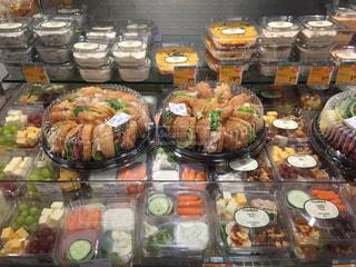 食品のさまざまな種類の多くでいっぱいストアの写真・画像素材[1237006]