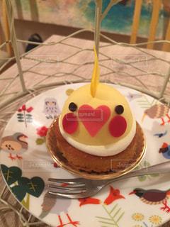 テーブルにバースデー ケーキのプレートの写真・画像素材[1240190]