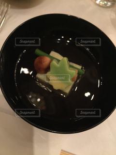 テーブルの上の黒い皿の写真・画像素材[1242299]