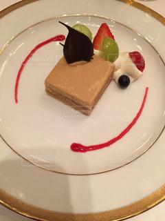 チョコレート ケーキをのせた白プレートの写真・画像素材[1242302]