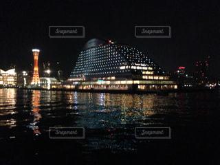 夜の空の都市と水の大きな体の写真・画像素材[1242309]