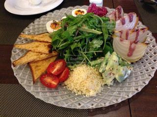 テーブルの上に食べ物のプレートの写真・画像素材[1242311]