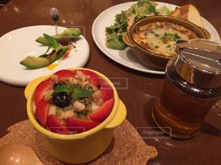 テーブルの上の皿の上に食べ物のボウルの写真・画像素材[1242316]