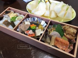 トレイの上に食べ物の種類でいっぱいのボックスの写真・画像素材[1242317]
