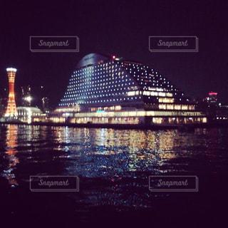 暗闇の都市と水の大きな体の写真・画像素材[1242327]