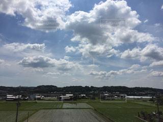 空の雲と大規模なグリーン フィールドの写真・画像素材[1252164]