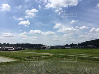 空の雲と大規模なグリーン フィールドの写真・画像素材[1252166]