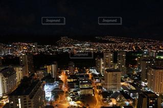 夜のライトアップされた街の写真・画像素材[1286185]