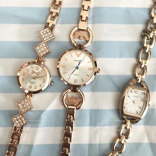 金属の鎖に掛かっている時計の写真・画像素材[2112363]
