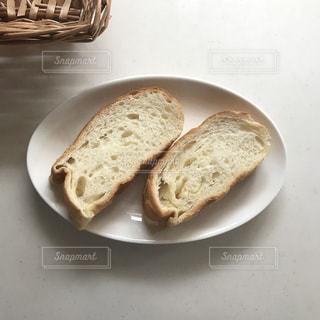 皿の上のパンの写真・画像素材[2219338]
