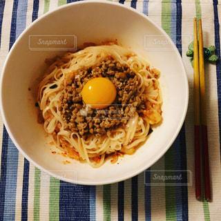 板の上に食べ物のボウルの写真・画像素材[1237691]