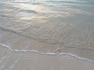 静かな波打ち際の写真・画像素材[1238870]