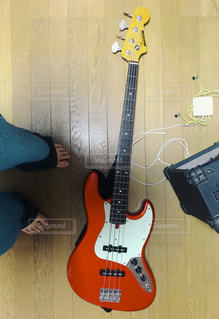 近くにギターのアップの写真・画像素材[1238130]
