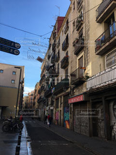 狭い街の建物の側に建物と通りの写真・画像素材[1238148]