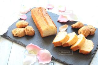 ケーキとまな板の上にパンの切れ端の写真・画像素材[1238489]