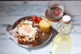 食品やコーヒー テーブルの上のカップのプレートの写真・画像素材[1259818]