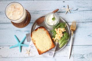 食品や水のカップのプレートの写真・画像素材[1309454]