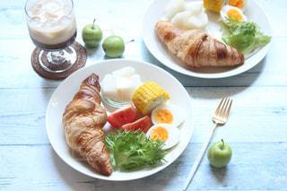 テーブルの上に食べ物のプレートの写真・画像素材[1447474]