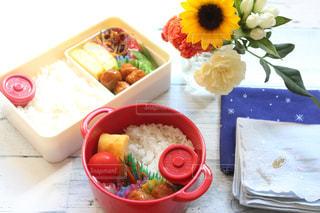 テーブルの上に食べ物の種類でいっぱいのボックスの写真・画像素材[1447475]