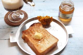 食品やコーヒー テーブルの上のカップのプレートの写真・画像素材[1447476]