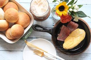 テーブルの上に食べ物のプレートの写真・画像素材[1447478]