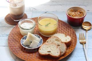 食品とコーヒーのカップのプレートの写真・画像素材[1447479]
