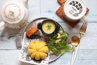 テーブルの上に食べ物のプレートの写真・画像素材[1588716]