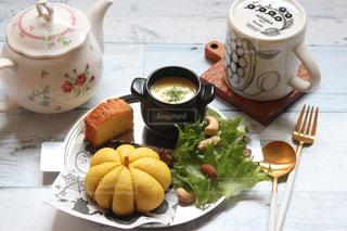 食品やコーヒー テーブルの上のカップのプレートの写真・画像素材[1588718]
