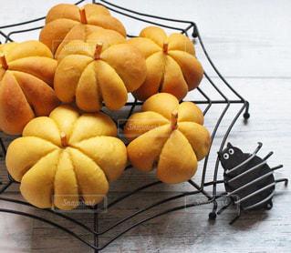 木製のテーブルの上に座ってオレンジを 2 個の写真・画像素材[1588719]