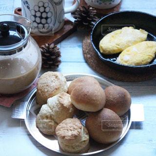 テーブルの上に食べ物のプレートの写真・画像素材[1637756]