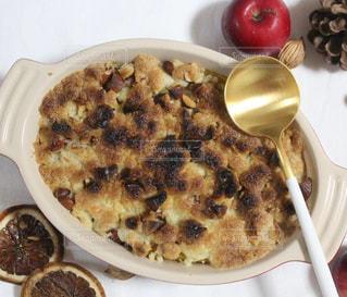 板の上に食べ物のボウルの写真・画像素材[1637757]