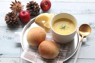 テーブルの上に食べ物のボウルの写真・画像素材[1637767]