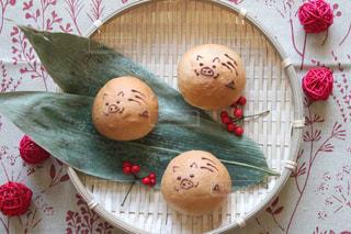 テーブルの上に食べ物の写真・画像素材[1814723]