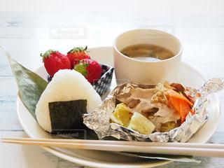 食品とコーヒーのカップのプレートの写真・画像素材[1882898]