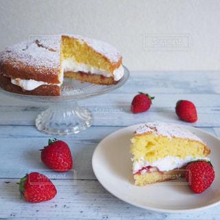 皿の上に果物をつけた一切れのケーキの写真・画像素材[2139377]