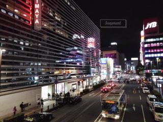夜の通りを眺めての写真・画像素材[1496751]